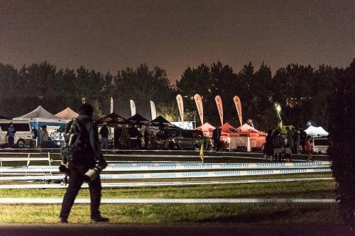 レース会場の夜