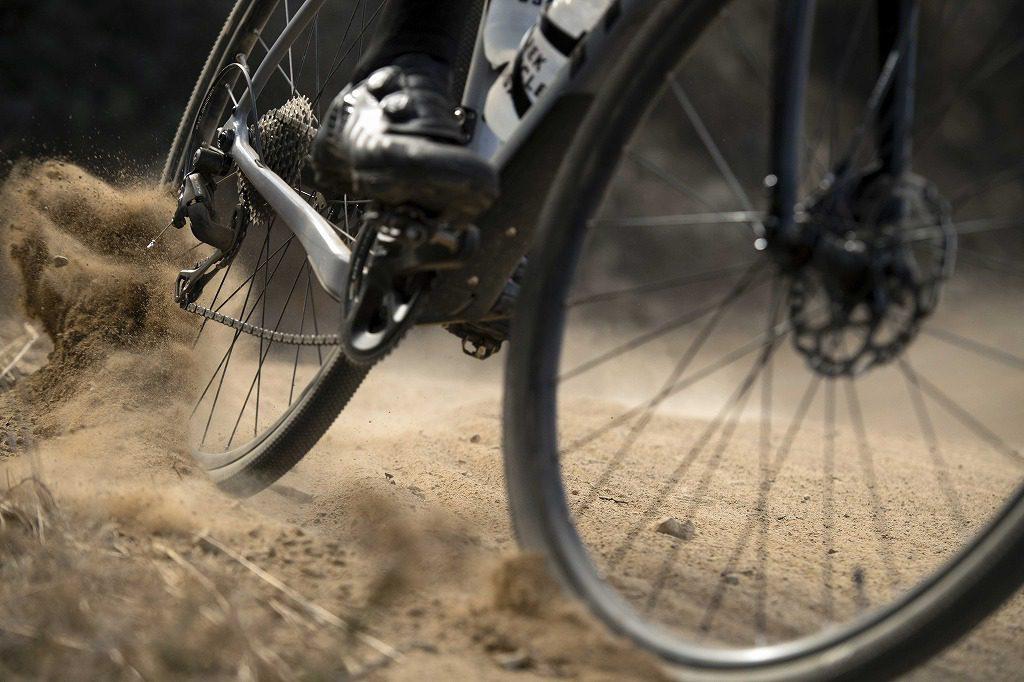 砂煙を上げる自転車