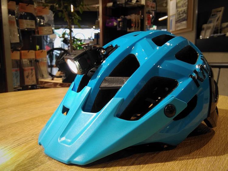 ヘルメットに装着したボントレガーのライト