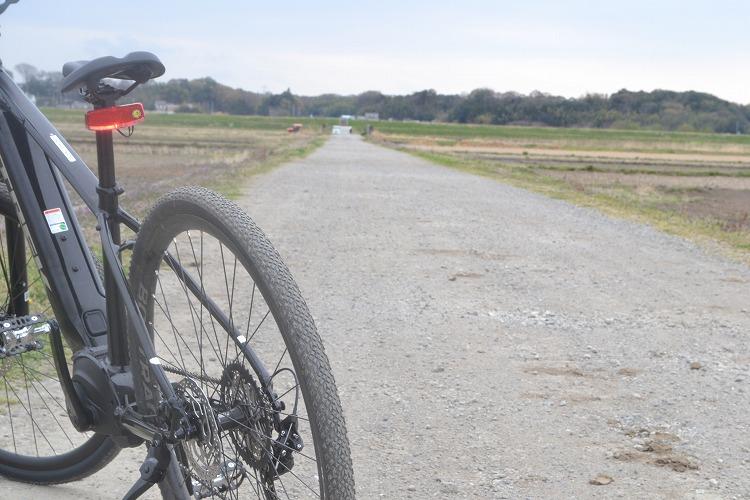 砂利道とクロスバイク